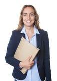 Donna di affari bionda con gli occhi azzurri e giacca sportiva ed archivio Immagini Stock Libere da Diritti