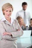 Donna di affari bionda con i colleghi fotografia stock