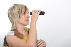 Donna di affari bionda con la sciarpa che guarda con il binocolo Immagini Stock Libere da Diritti