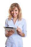 Donna di affari bionda di risata con un computer della compressa Immagine Stock Libera da Diritti