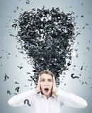 Donna di affari bionda e un tornado del punto interrogativo Immagine Stock