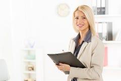Donna di affari bionda With Folder fotografia stock