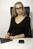 Donna di affari bionda su fondo bianco Fotografia Stock