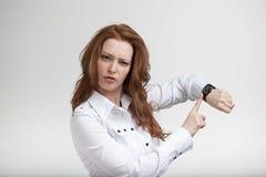 Donna di affari in blusa bianca, esaminante la Fotografia Stock Libera da Diritti