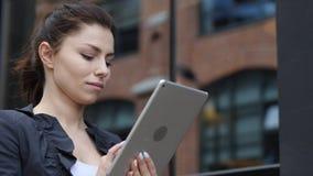 Donna di affari Browsing Internet sulla compressa fotografia stock libera da diritti