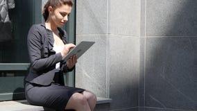 Donna di affari Browsing Internet sulla compressa fotografie stock libere da diritti