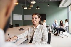 Donna di affari And Businessman Collaborating sul compito insieme al giorno laureato di valutazione di assunzione fotografia stock