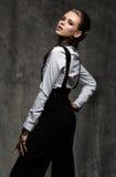 Donna di affari in camicia bianca e pantaloni neri Immagini Stock Libere da Diritti