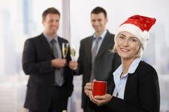 Donna di affari in cappello del Babbo Natale Immagine Stock Libera da Diritti