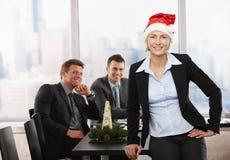 Donna di affari in cappello del Babbo Natale Immagine Stock