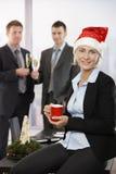 Donna di affari in cappello del Babbo Natale Immagini Stock Libere da Diritti