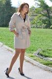Donna di affari in cappotto elegante ed alte colline eleganti Fotografie Stock Libere da Diritti
