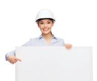 Donna di affari in casco che indica dito il bordo Immagini Stock Libere da Diritti
