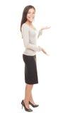 Donna di affari casuale che mostra lo spazio della copia Immagine Stock