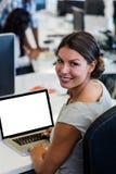 Donna di affari casuale che sorride alla macchina fotografica Fotografie Stock Libere da Diritti