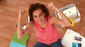 Donna di affari casuale emozionante che gesturing successo archivi video