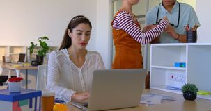 Donna di affari caucasica che lavora al computer portatile allo scrittorio in ufficio moderno 4k archivi video
