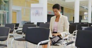 Donna di affari caucasica che utilizza computer portatile nel seminario 4k di affari stock footage