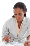Donna di affari Charming che per mezzo di un calcolatore Fotografie Stock