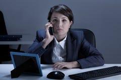Donna di affari che è sul telefono Immagini Stock