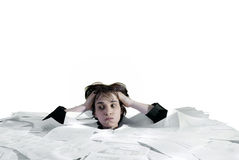 Donna di affari che affonda in un sovraccarico di lavoro di ufficio Immagini Stock Libere da Diritti