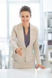 Donna di affari che allunga mano per la stretta di mano Immagini Stock