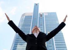 Donna di affari che alza le braccia Fotografia Stock