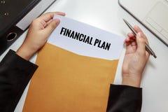 Donna di affari che apre il documento finanziario di piano nella busta della lettera Fotografia Stock