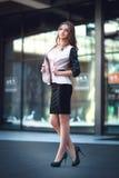 Donna di affari che cammina all'aperto, impiegato di concetto nel distretto aziendale del centro Immagini Stock Libere da Diritti