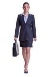 Donna di affari che cammina con la cartella Immagine Stock
