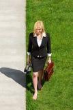Donna di affari che cammina a piedi nudi immagini stock libere da diritti