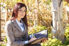 Donna di affari che cattura le note Immagine Stock Libera da Diritti