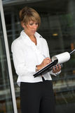 Donna di affari che cattura le note Immagini Stock