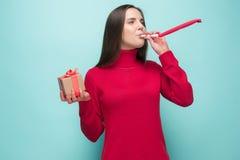 Donna di affari che celebra compleanno, su fondo bianco fotografia stock