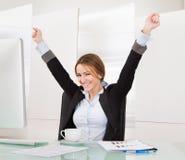 Donna di affari che celebra successo Fotografie Stock Libere da Diritti