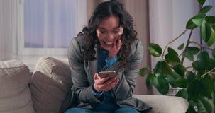 Donna di affari che celebra successo online stock footage