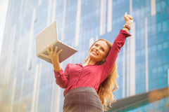 Donna di affari che celebra vittoria Fotografia Stock Libera da Diritti