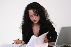Donna di affari che cerca un documento Fotografia Stock
