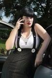donna di affari che chiama automobile vicino Immagine Stock