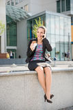 Donna di affari che chiama telefono e cibo Fotografia Stock Libera da Diritti