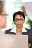 Donna di affari che comunica con cliente immagine stock