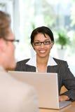 Donna di affari che comunica con cliente fotografie stock libere da diritti