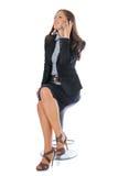 Donna di affari che comunica su un telefono Fotografia Stock