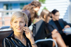 Donna di affari che comunica sul mobile Immagine Stock Libera da Diritti