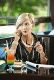 Donna di affari che comunica sul mobile in caffè Immagini Stock