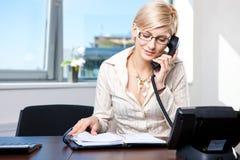 Donna di affari che comunica sul telefono Fotografia Stock Libera da Diritti