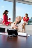 Donna di affari che comunica sul telefono Immagine Stock