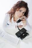Donna di affari che comunica sul telefono Immagini Stock