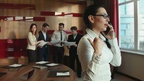 Donna di affari che comunica sul telefono stock footage