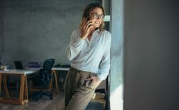 Donna di affari che comunica sul telefono delle cellule fotografia stock libera da diritti